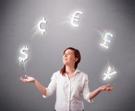 Νέα κυρία που στέκεται και που κάνει ταχυδακτυλουργίες με τα εικονίδια νομίσματος Στοκ φωτογραφία με δικαίωμα ελεύθερης χρήσης