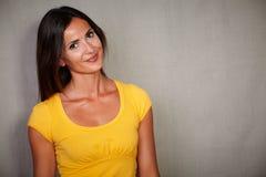 Νέα κυρία που συλλογίζεται εξετάζοντας τη κάμερα Στοκ Εικόνα