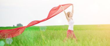 Νέα κυρία που τρέχει με τον ιστό στον πράσινο τομέα Στοκ φωτογραφία με δικαίωμα ελεύθερης χρήσης