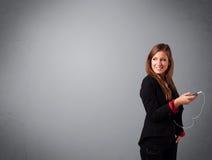 Νέα κυρία που τραγουδά και που ακούει τη μουσική με το διάστημα αντιγράφων Στοκ φωτογραφία με δικαίωμα ελεύθερης χρήσης