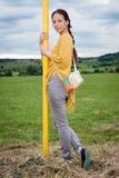 Νέα κυρία που υπερασπίζεται τον πόλο Στοκ φωτογραφία με δικαίωμα ελεύθερης χρήσης