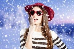 Νέα κυρία που φορά τα γυαλιά ηλίου και το χέρι εκμετάλλευσης καπέλων Στοκ Εικόνες