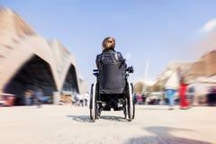 Νέα κυρία σε μια αναπηρική καρέκλα Στοκ εικόνες με δικαίωμα ελεύθερης χρήσης