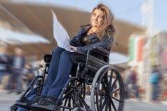 Νέα κυρία σε μια αναπηρική καρέκλα Στοκ Φωτογραφίες