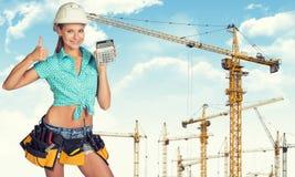 Νέα κυρία στο σκληρό υπολογιστή εκμετάλλευσης καπέλων Στοκ φωτογραφία με δικαίωμα ελεύθερης χρήσης