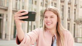 Νέα κυρία Chatting στο τηλέφωνο στην πόλη απόθεμα βίντεο