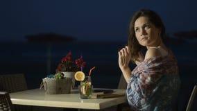 Νέα κυρία Flirty σχετικά με την τρίχα, που απολαμβάνει το υπόλοιπο στο υπαίθριο εστιατόριο παραλιών απόθεμα βίντεο