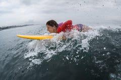 Νέα κυρία surfer στοκ εικόνα