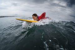 Νέα κυρία surfer στοκ φωτογραφία με δικαίωμα ελεύθερης χρήσης