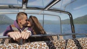 Νέα κωπηλασία ζευγών σε ένα ρομαντικό ταξίδι, ένα φιλί απόθεμα βίντεο