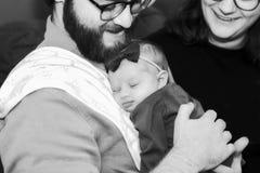 Νέα κόρη νηπίων εκμετάλλευσης μπαμπάδων ενώ κοιμάται Στοκ φωτογραφία με δικαίωμα ελεύθερης χρήσης