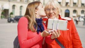 Νέα κόρη που παίρνει selfie τη φωτογραφία με την ανώτερη μητέρα της στο ταξίδι διακοπών στο Παρίσι σε ισχύ Vendome φιλμ μικρού μήκους