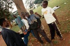 Νέα κόλλα-ρουθουνίζοντας αγόρια στην Καμπάλα, Ουγκάντα στοκ φωτογραφία