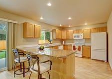 Νέα κλασική ξύλινη μεγάλη κουζίνα με την γκρίζα αντίθετη κορυφή στοκ εικόνα με δικαίωμα ελεύθερης χρήσης