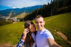 Νέα λήψη πεζοπορίας ζευγών selfie με το έξυπνο τηλέφωνο Ευτυχείς νεαρός άνδρας και γυναίκα που παίρνουν την αυτοπροσωπογραφία με  στοκ φωτογραφία με δικαίωμα ελεύθερης χρήσης