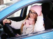 Νέα λατρευτή ξανθή γυναίκα στα ρόδινα πλεκτά χέρια οδηγών αυτοκινήτων μαντίλι καπέλων στο χειμώνα ροδών υπαίθρια Στοκ εικόνα με δικαίωμα ελεύθερης χρήσης