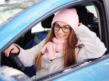 Νέα λατρευτή ξανθή γυναίκα στα ρόδινα πλεκτά χέρια οδηγών αυτοκινήτων μαντίλι καπέλων στο χειμώνα ροδών υπαίθρια Στοκ εικόνες με δικαίωμα ελεύθερης χρήσης