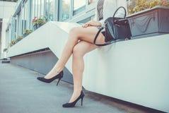 Νέα λεπτή γυναίκα που φορά τα υψηλά τακούνια Στοκ Φωτογραφία