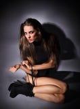Νέα λεπτή κυρία γοητείας με τα μακριά τριχώματα Στοκ φωτογραφία με δικαίωμα ελεύθερης χρήσης