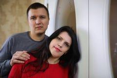 Νέα λευκιά οικογένεια σε ένα σπίτι στοκ εικόνες με δικαίωμα ελεύθερης χρήσης