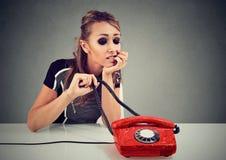 Νέα λυπημένη γυναίκα που περιμένει μια κλήση Στοκ εικόνα με δικαίωμα ελεύθερης χρήσης