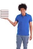Νέα μαύρα εφηβικά άτομα σπουδαστών που κρατούν τα βιβλία - αφρικανικοί λαοί Στοκ φωτογραφία με δικαίωμα ελεύθερης χρήσης