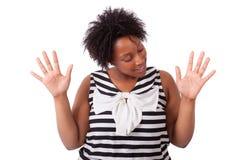 Νέα μαύρη γυναίκα που παρουσιάζει παλάμη χεριών της - αφρικανικοί λαοί Στοκ Φωτογραφία