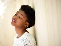 Νέα μαύρη γυναίκα που στηρίζεται με τις προσοχές ιδιαίτερες στοκ εικόνες