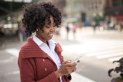 Νέα μαύρη γυναίκα στην πόλη στοκ εικόνα
