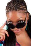 Νέα μαύρη γυναίκα στο πορτρέτο γοητείας γυαλιών ηλίου Στοκ Φωτογραφία