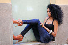Νέα μαύρη γυναίκα, afro hairstyle, στο αστικό υπόβαθρο Στοκ εικόνα με δικαίωμα ελεύθερης χρήσης