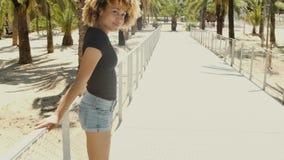 Νέα μαύρη γυναίκα Flirty στην οδό απόθεμα βίντεο