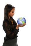 Νέα μαύρη επιχειρηματίας που κρατά τη γη Στοκ φωτογραφίες με δικαίωμα ελεύθερης χρήσης