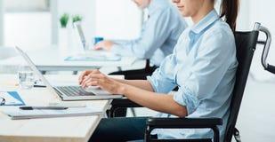Νέα με ειδικές ανάγκες επιχειρηματίας στην εργασία Στοκ εικόνα με δικαίωμα ελεύθερης χρήσης