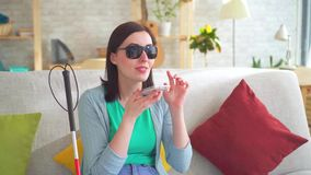 Νέα με οπτική αναπηρία γυναίκα πορτρέτου που μιλά στο τηλέφωνο απόθεμα βίντεο