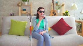 Νέα με οπτική αναπηρία γυναίκα που μιλά στο τηλέφωνο απόθεμα βίντεο