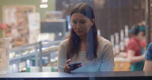 Νέα μηνύματα γραψίματος γυναικών σε Smartphone φιλμ μικρού μήκους