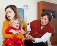 Νέα μητέρα θλίψης με το φωνάζοντας μωρό και τη γιαγιά Στοκ φωτογραφία με δικαίωμα ελεύθερης χρήσης