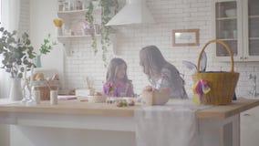 Νέα μητέρα και η προ κόρη εφήβων της που υποστηρίζουν στην κουζίνα Γυν φιλμ μικρού μήκους