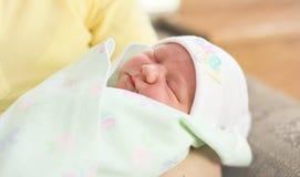 Νέα μητέρα και νεογέννητο μωρό στοκ φωτογραφίες
