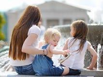 Νέα μητέρα και οι κόρες της Στοκ εικόνες με δικαίωμα ελεύθερης χρήσης