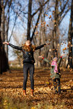 Νέα μητέρα και το κορίτσι της στο πάρκο φθινοπώρου στοκ φωτογραφία