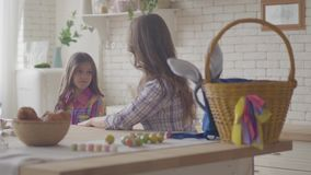 Νέα μητέρα και χαριτωμένη κόρη που μιλούν στην κουζίνα Το άκουσμα γυναικών το συναισθηματικό κορίτσι της, χαϊδεύει την τρίχα της  απόθεμα βίντεο