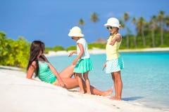 Νέα μητέρα και δύο τα μικρά κορίτσια της σε εξωτικό Στοκ Εικόνες