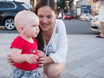 Νέα μητέρα με το γιο μικρών παιδιών της που παίζει υπαίθρια στην πόλη Στοκ φωτογραφία με δικαίωμα ελεύθερης χρήσης