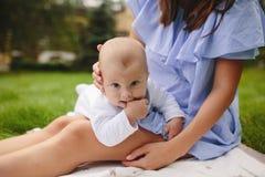 Νέα μητέρα με το νεογέννητο μωρό Στοκ Εικόνες