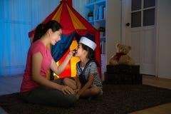 Νέα μητέρα ομορφιάς που χρησιμοποιεί τον ιματισμό με τη γενειάδα Στοκ φωτογραφία με δικαίωμα ελεύθερης χρήσης