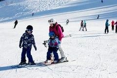 Νέα μητέρα, που διδάσκει το προσχολικό παιδί της για να κάνει σκι, ηλιόλουστος χειμώνας Στοκ εικόνα με δικαίωμα ελεύθερης χρήσης