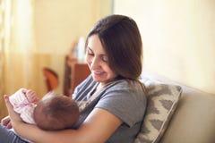Νέα μητέρα που κρατά το νεογέννητο παιδί της Νοσηλευτικό μωρό Mom Στοκ φωτογραφίες με δικαίωμα ελεύθερης χρήσης
