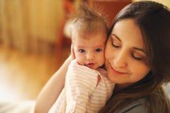 Νέα μητέρα που κρατά το νεογέννητο παιδί της Νοσηλευτικό μωρό Mom Στοκ φωτογραφία με δικαίωμα ελεύθερης χρήσης